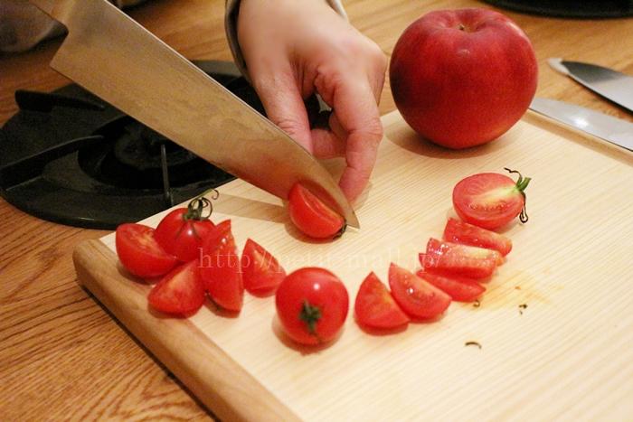 ベルメゾン ギザ刃包丁でトマトを試し切り